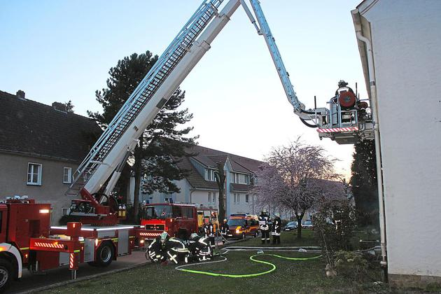 Feuerwehr-an-der-Lindenstrasse-Uebung-mit-vollen-Schlaeuchen_image_630_420f_wn