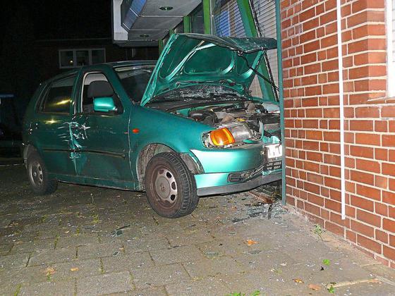 Angetrunkener-Fahrer-hat-keinen-Fuehrerschein-Nach-Unfall-bleibt-Auto-in-Schaufenster-stehen_image_630_420f_wn