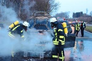 Autofahrer-reagiert-richtig-Pkw-geraet-auf-Autobahn-Parkplatz-in-Brand_image_630_420f_wn