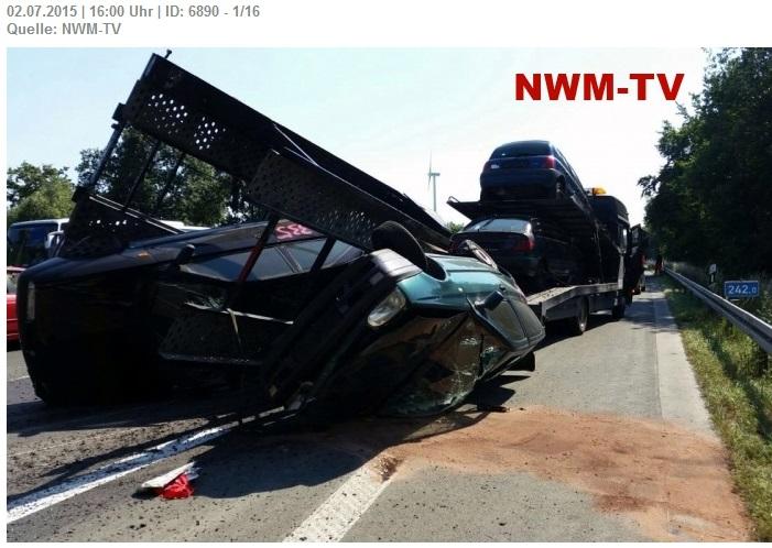 Autotransporter gerät ins Schleudern - Anhänger kippt um und beschädigt vor kurzem erneuerte Fahrbahn auf 150 Meter - Fahrer bleibt unverletzt