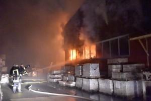 Bis-zu-150-Feuerwehrleute-im-Einsatz-Feuerwehr-kaempft-stundenlang-gegen-Lagerhallen-Brand_image_630_420f_wn