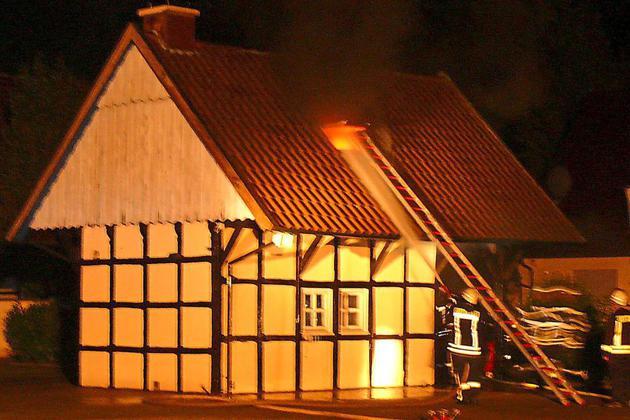 Brand-schnell-unter-Kontrolle-Fachwerkhaus-faengt-Feuer_image_630_420f_wn
