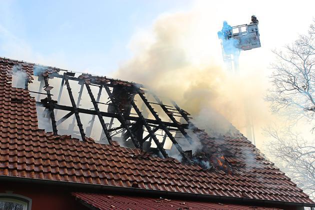 Dachstuhl-Brand-in-Lengerich-Hund-macht-Bewohnerin-auf-Feuer-aufmerksam_image_630_420f_wn