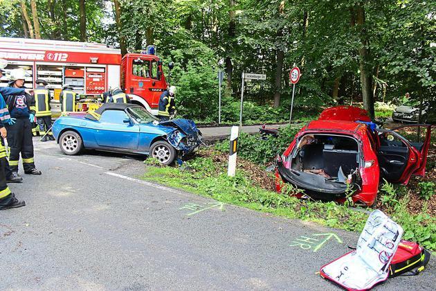 Fahrzeuge-stossen-auf-der-Kreuzung-Wechter-Strasse-In-den-Hiaerken-zusammen-Drei-Verletzte-nach-Vorfahrtfehler_image_630_420f_wn