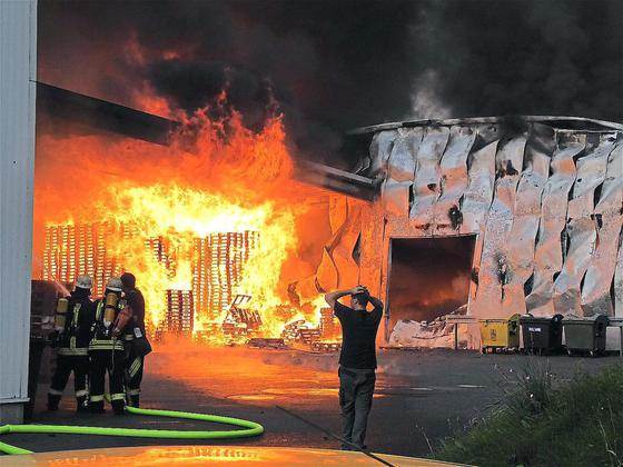 Grossbrand-bei-der-Spedition-Sostmeier-Flammendes-Inferno-Mehrere-Millionen-Euro-Schaden_image_630_420f_wn