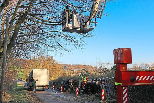 Sattelzug-kippt-um-27-Tonnen-Moniereisen-im-Strassengraben_image_630f_420f_wn