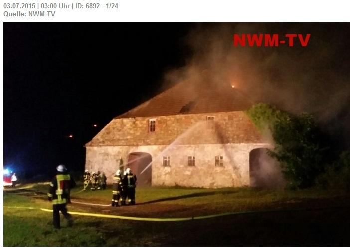Schwere Gewitter im Westen - Blitzschlag setzt Scheune eines Bauernhofes in Brand - zwei Löschzüge und Gelenkmast im Einsatz