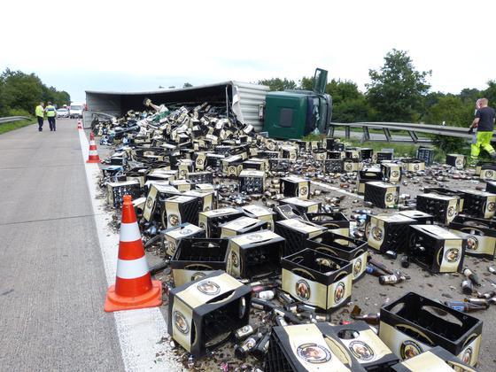 Sperrung-nach-Unfall-auf-der-A-1-bei-Lengerich-wieder-aufgehoben-Lkw-mit-Leergut-umgekippt_image_630_420f_wn