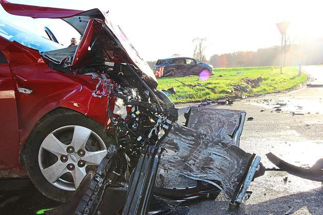 Zwei-Autofahrer-leicht-verletzt-Zusammenstoss-auf-Kreuzung_image_630_420f_wn