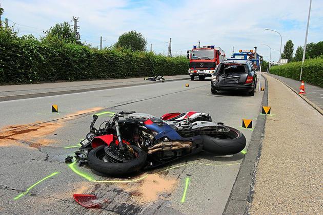 Zwei-Verletzte-bei-Auffahrunfall-auf-der-Lienener-Strasse-Motorradfahrer-faehrt-in-Pkw-Heck_image_630_420f_wn